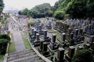 ひっそりした谷あいの高山地墓地。遠く琵琶湖が見えます