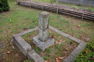 大津陸軍墓地のロシア人捕虜の墓碑:これだけが離れたところにある。