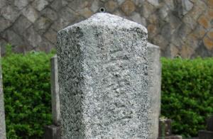 「二等卒」とだけ書かれた墓碑