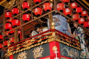 山車のうえで祭囃子。今宵は大津祭り宵宮です。