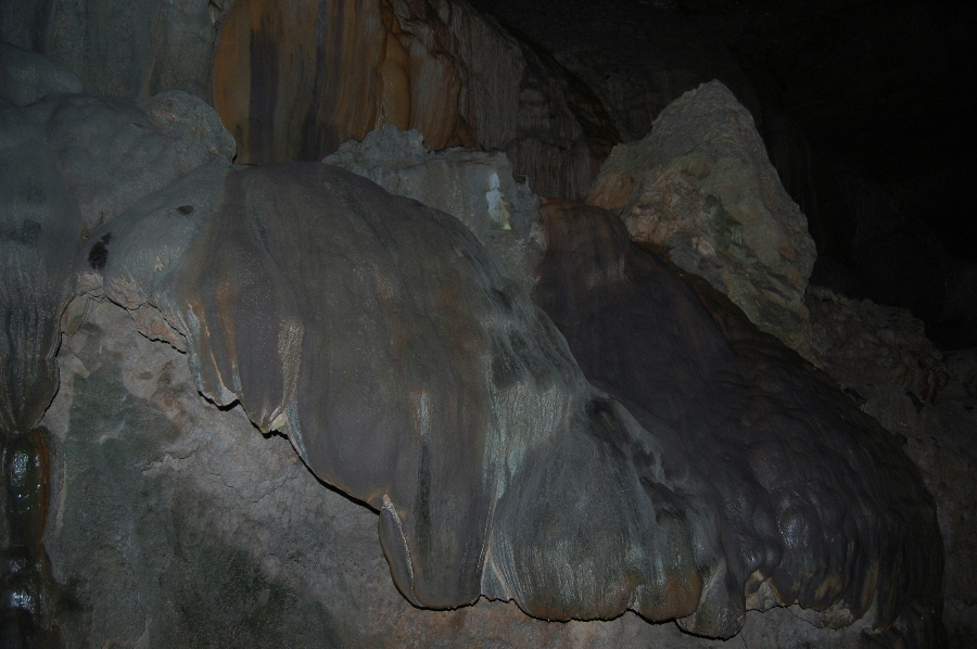 表面が黒い鍾乳石