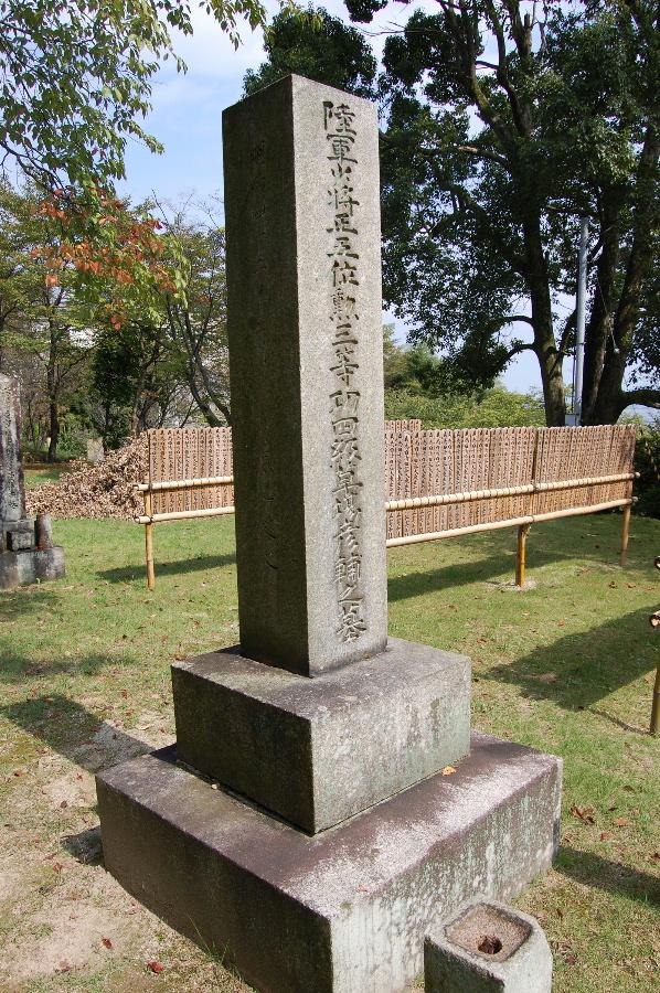 大津陸軍墓地で最高位の墓碑=陸軍少将草場彦輔の墓碑