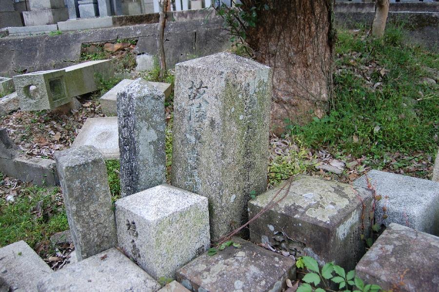 初めて見つけた日清戦争の戦没者の墓石は捨てられている中にありました