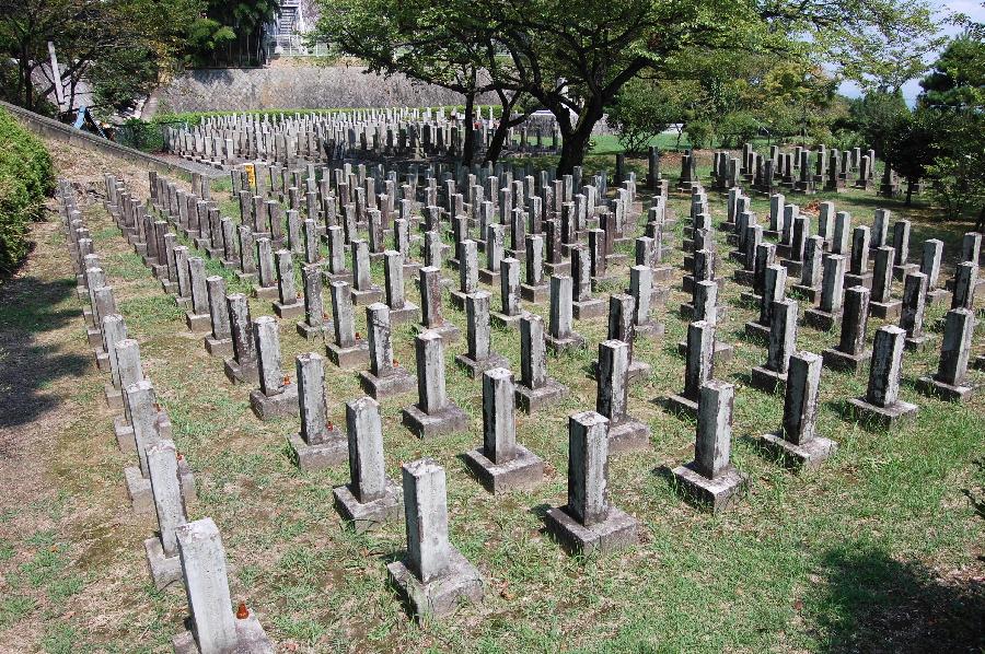大津陸軍墓地:手前が台湾征服戦争(1895年)での戦死者の墓地