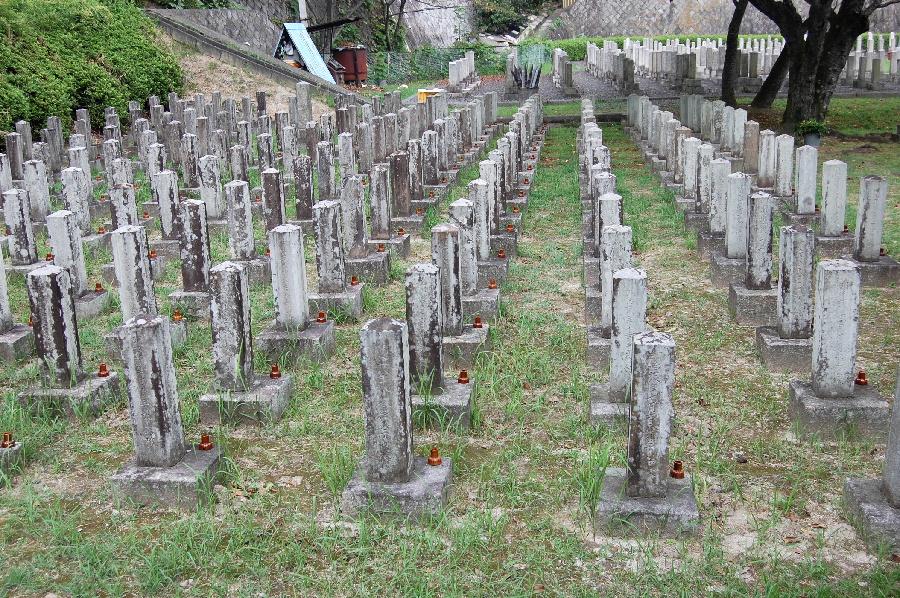 旧大津陸軍墓地Eブロック。右側面を正面にして撮影。
