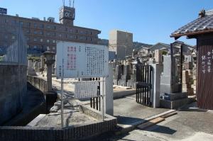 月見山墓地の門