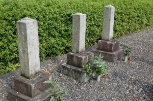 Lブロック最後の列の三つの墓石@旧大津陸軍墓地