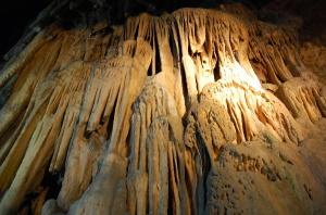 奇岩として目を楽しませる鍾乳石@風連鍾乳洞
