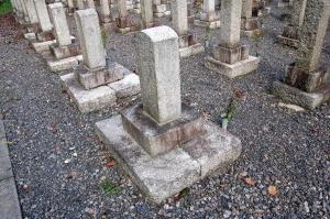 十八番大隊兵卒の墓碑(左)と第九連隊兵卒の墓碑(右)