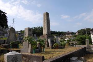 墓地の入り口で他を威圧する日露戦争戦死者の墓碑