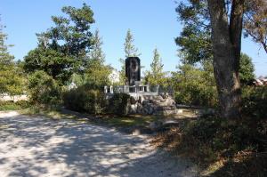 北比良の「戦没者慰霊碑」は墓地の隅にありました