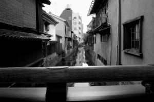 「黒壁スクエア」のなかにある欄干から川を見る