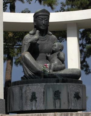 英霊塔にあるのは仏像?