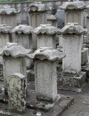 笠塔婆が並ぶ梅香山縁心寺の墓地