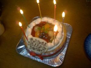 カミさんの誕生ケーキ。ローソクの数は年齢と関係ありません。