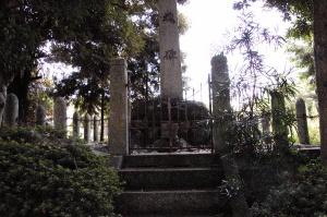 和迩中の天皇神社の忠魂碑の台座の回りには砲弾型の支柱があります