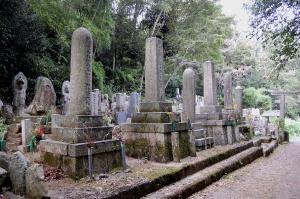 田中墓地の日露戦争の墓碑(砲弾型4基のうちの3基)