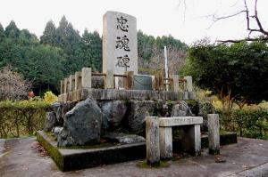 西庄村の新・忠魂碑(昭和28年8月16日建立:堤康次郎書)
