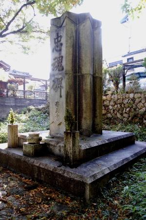 近代日本を代表する建築家の一人・武田五一設計の「石山忠魂碑」