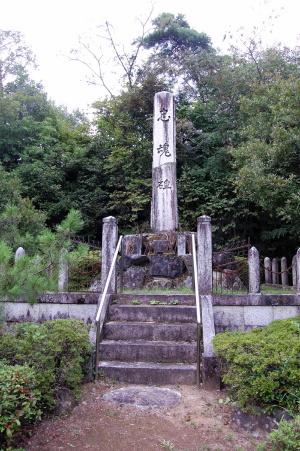 安曇町「忠魂碑」にも名簿碑は付属していない
