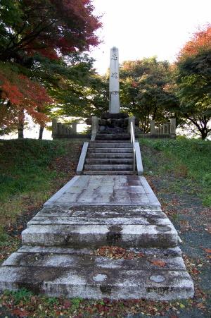 背後の紅葉が美しい広瀬村「忠魂碑」
