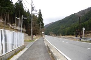 左手前の電信柱の左横に忠魂碑が見えています