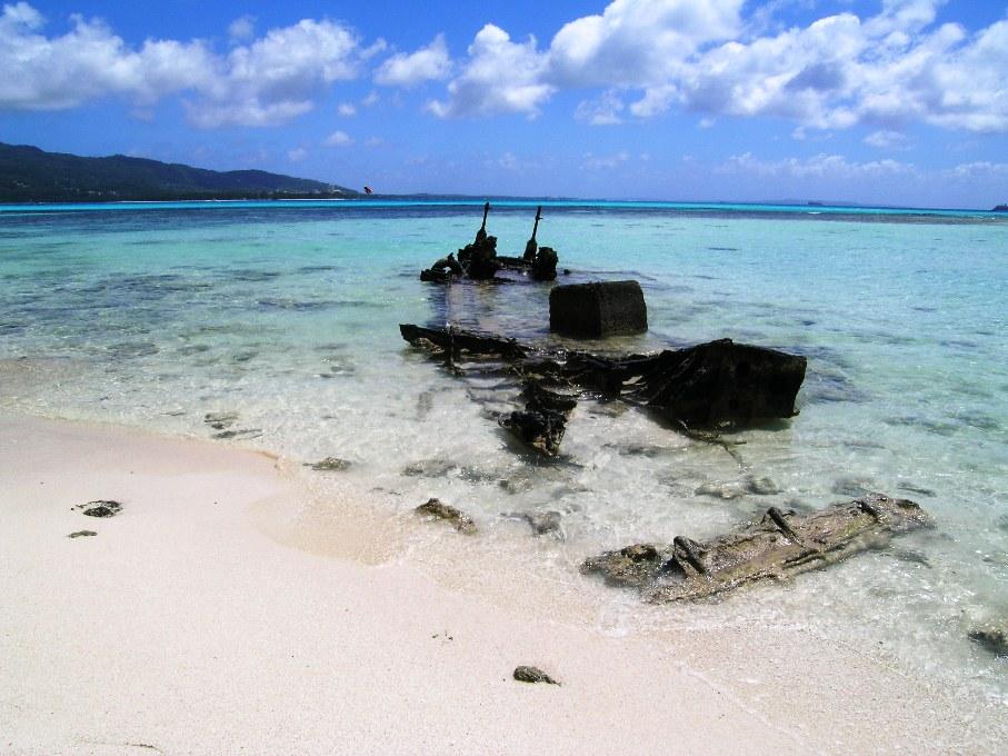 美しいサイパンの海岸に高射砲の残骸がみえる