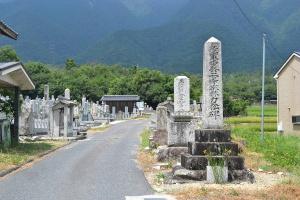 入り口に日清戦争の墓碑が建つ南小松墓地