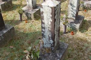 兵卒の墓碑に「沙家屯歿」の文字が見える