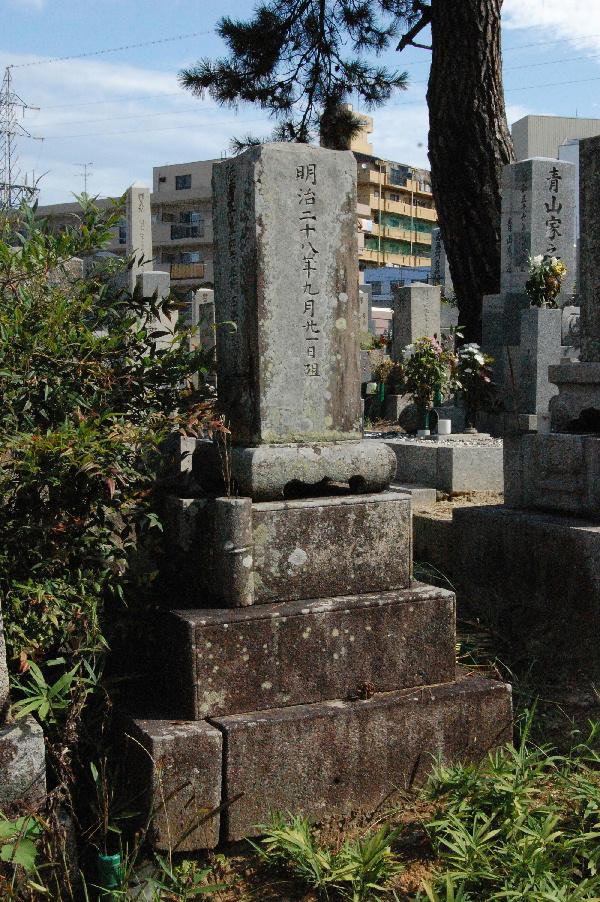 「陸軍歩兵一等卒稲田岩太郎墓」右側面から