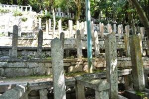 大村益次郎の墓碑は一つ左にある・・・