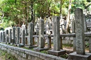 諸藩の志士たちの墓碑が並ぶ