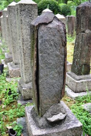 表面が剥離していく墓碑