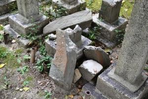 倒壊した墓碑