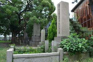 巨大な将校の墓碑が林立する旧真田山陸軍墓地