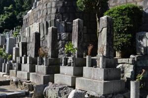 四柱の日露戦争の墓碑。手前が崩壊している。