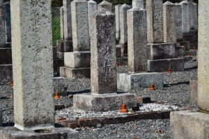 画面正面が清国兵士「寶少春」の墓碑