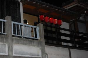 夜の旧市街、祭囃子の練習の音が響きます