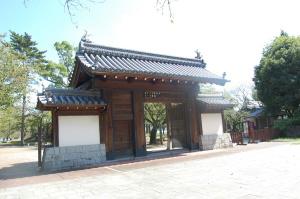 大津市の膳所公園。その入り口にある門。