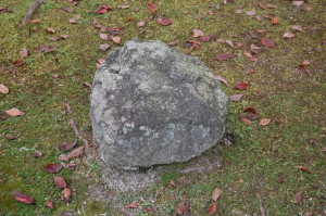 なぜか石が置かれています。墓碑が失われたのか?