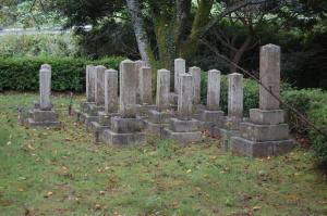 旧大津陸軍墓地Bブロック。ひときわ大きな墓石が謎を生んでいます。