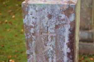 十字架の印と「愛」の文字が刻まれた旧日本陸軍下士官の墓石
