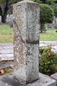 三つに破損した跡があるロシア人兵士の墓碑