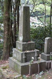 奉天の戦いで戦死した陸軍歩兵軍曹の墓石