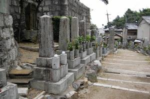 墓地に四柱並んで建つ日露戦争犠牲者の墓碑