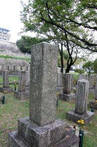 日清戦争時期の兵の墓地に例外的に存在する士官候補生の墓石
