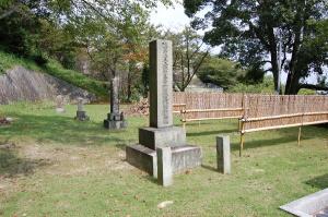 草場家の三柱の墓石が見えています@旧大津陸軍墓地