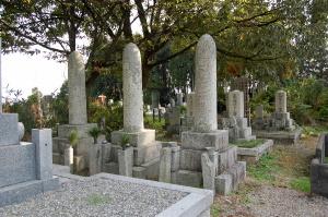 砲弾型の三つの墓石@大字今津共同墓地