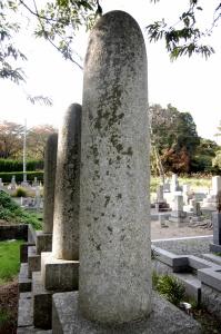 砲弾型の日露戦争戦死者の墓碑(右側面)