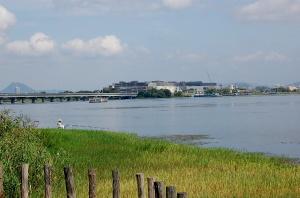 近江大橋の対岸に完成しつつあるイオンモールの姿